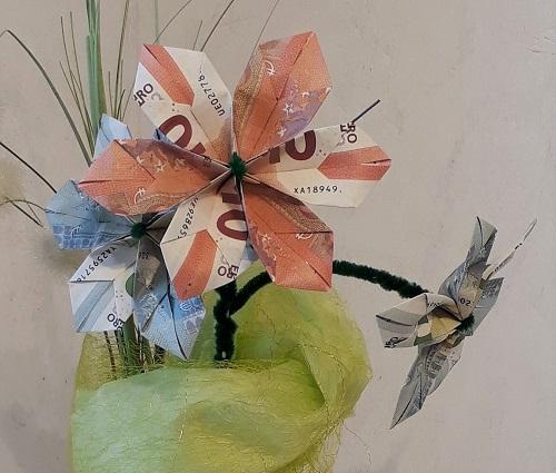 Geldgeschenk – Blumenstrauß und Herz aus gefalteten Geldscheinen