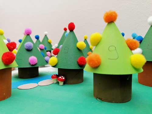 DIY Adventskalender: bunte Weihnachtsbäume