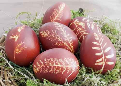 Bunte Eier mit Muster natürlich gefärbt