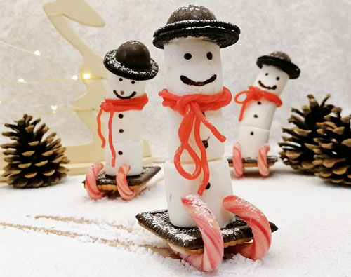 Süße Deko: Schneemänner auf Schlitten